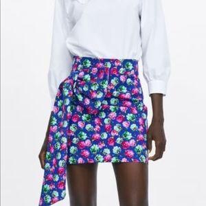 Flirty floral print skirt with bow.